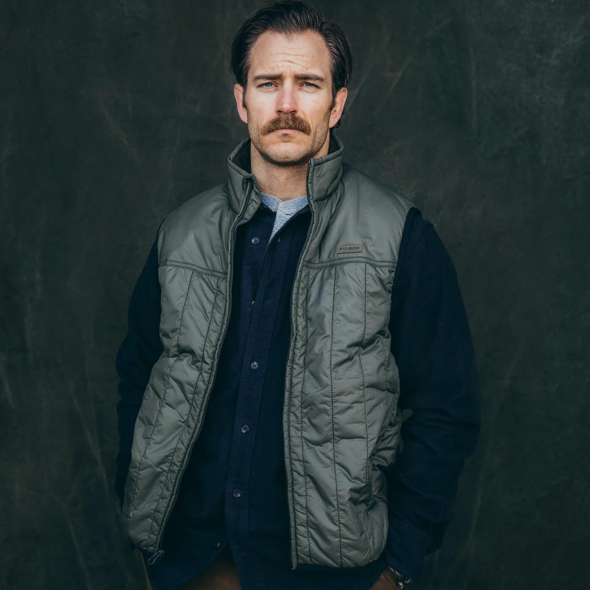 Filson Ultralight Vest Olive Gray, perfekt als Außenhülle oder unter einer dicken Jacke geeignet und sorgt für Wärme bei extremer Kälte
