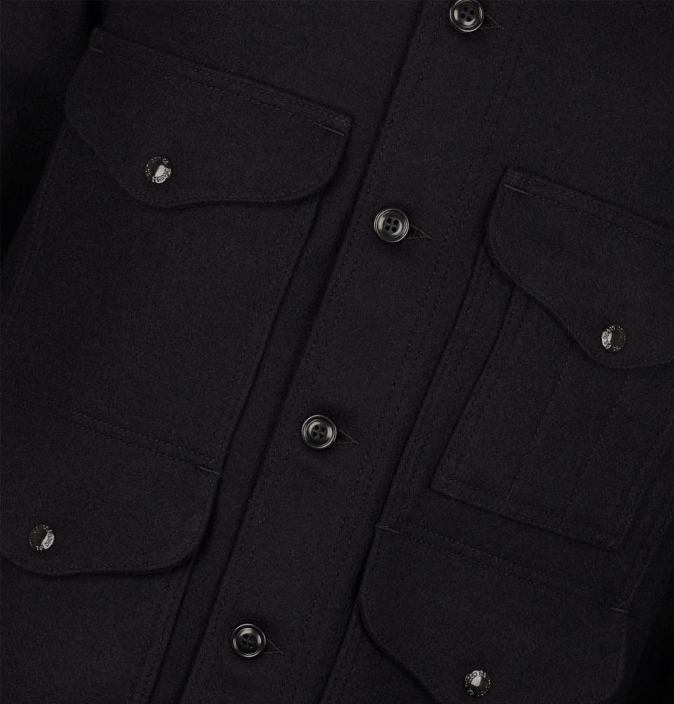 Filson Mackinaw Cruiser Jacket Dark Navy, hergestellt aus 100% virgin Mackinaw Wool für Komfort, natürliche Wasserabweisung und isolierende Wärme bei jedem Wetter.