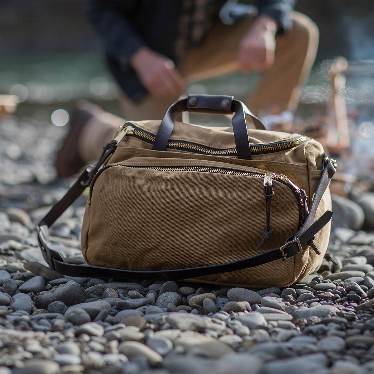 Filson Sportsman Utility Bag Tan, vielseitige Sporttasche für Reisen mit Stil