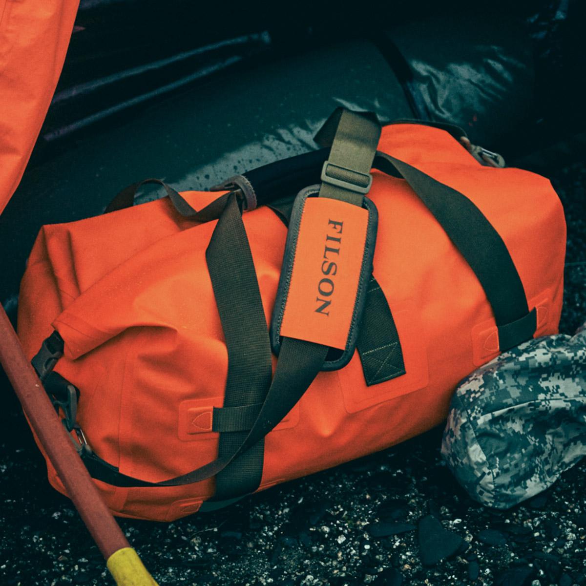 Filson Dry Duffle Bag Medium Flame, hält Ihre Ausrüstung bei jedem Wetter trocken, selbst wenn sie vollständig unter Wasser gebracht wird