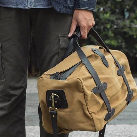 Filson Duffle Small Tan 11070220, der perfekte Reisebegleiter für Männer, die gerne Wochenendausflüge machen.