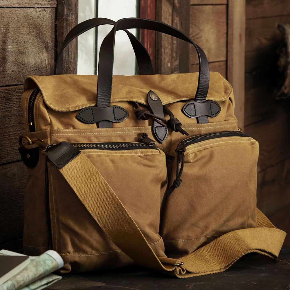 Filson 24-Hour Tin Cloth Briefcase Dark Tan, diese tolle Tasche ist der perfekte Geschäftspartner auf Reisen