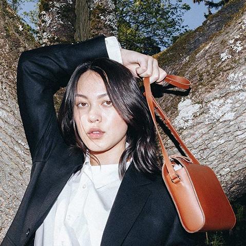 Sandqvist Frances Shoulder Bag Cognac Brown, Umhängetasche mit schönen minimalistischen schwedischen Look
