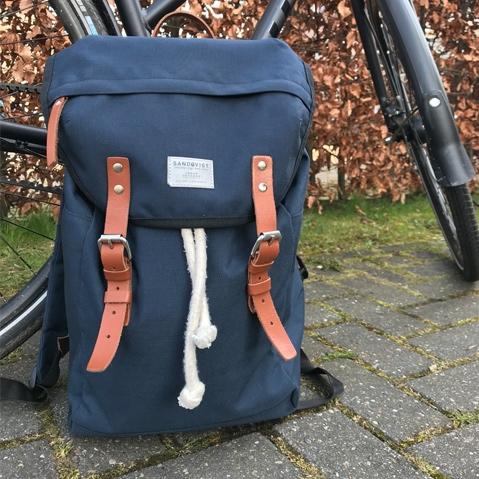 Sandqvist Hans Backpack Blue, klassischer 15 Zoll Rucksack mit modernen Funktionalitäten