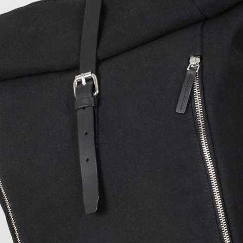 Sandqvist Marius Backpack Black, Rolltop-Rucksack aus 100% biologischem Baumwoll-Canvas und Leder