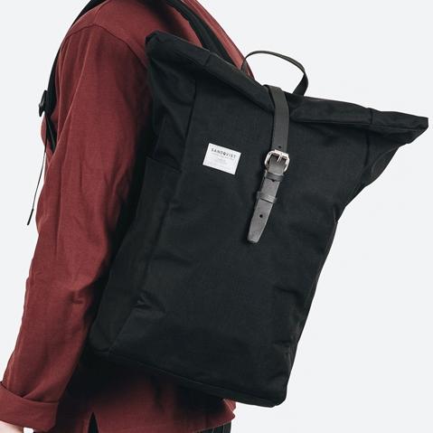 Sandqvist Silas Backpack Black, klassischer Roll-Top Rucksack mit modernen Funktionalitäten