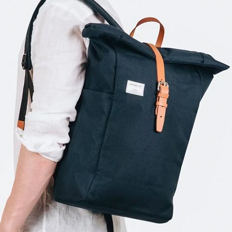 Sandqvist Silas Backpack Blue, klassischer Roll-Top Rucksack mit modernen Funktionalitäten