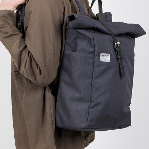 Sandqvist Silas Backpack Grey, klassischer Roll-Top Rucksack mit modernen Funktionalitäten