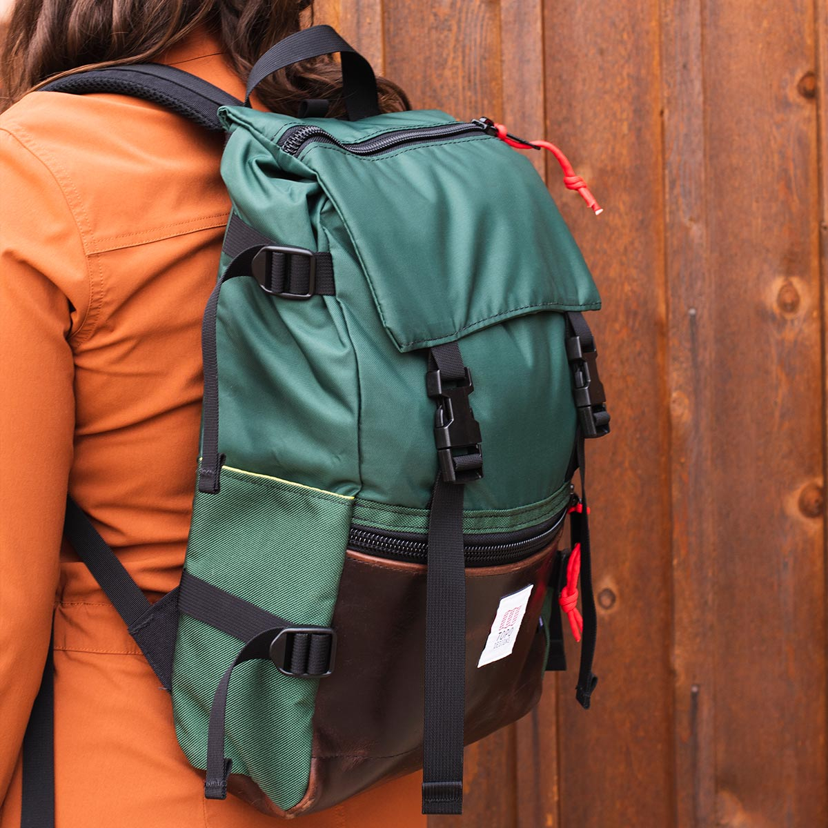 Topo Designs Rover Pack Heritage Forest/Brown Leather, der ideale Rucksack für den täglichen Gebrauch