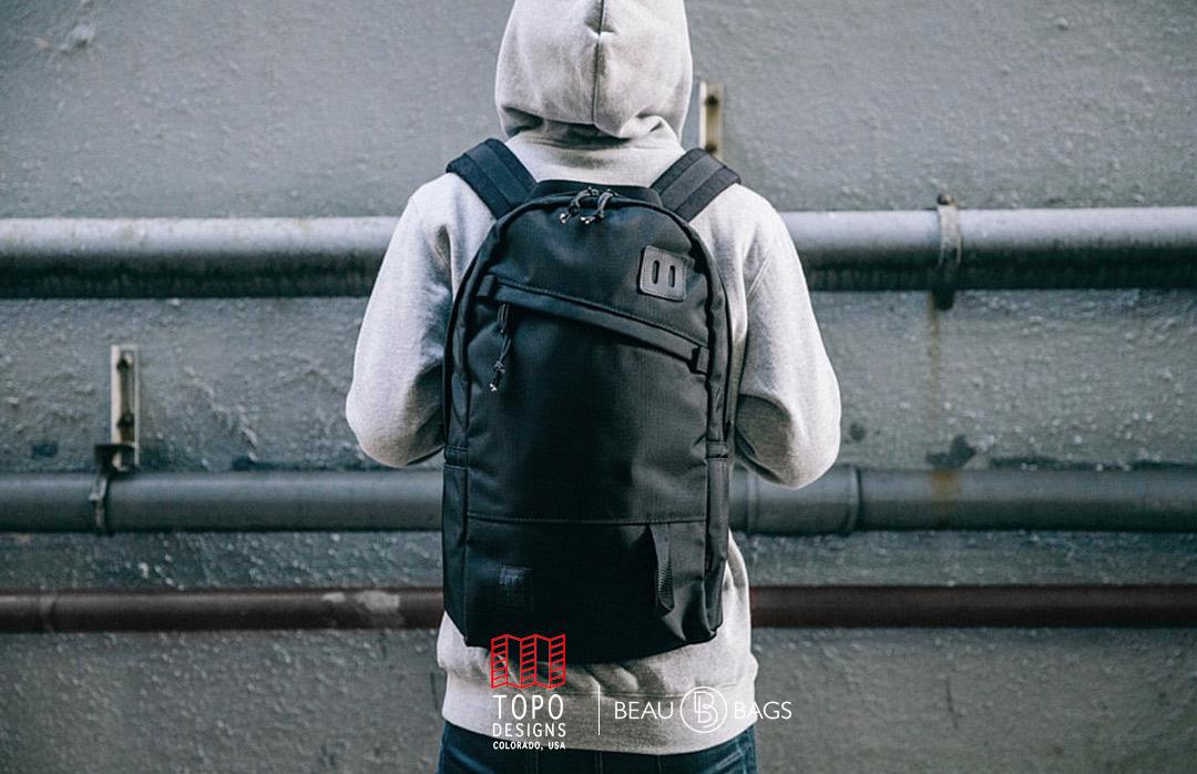 Topo Designs Daypack Ballistic Black Leather, starker Rucksack in 1000D Cordura mit 15 Zoll Laptopfach und 22 Liter Stauraum